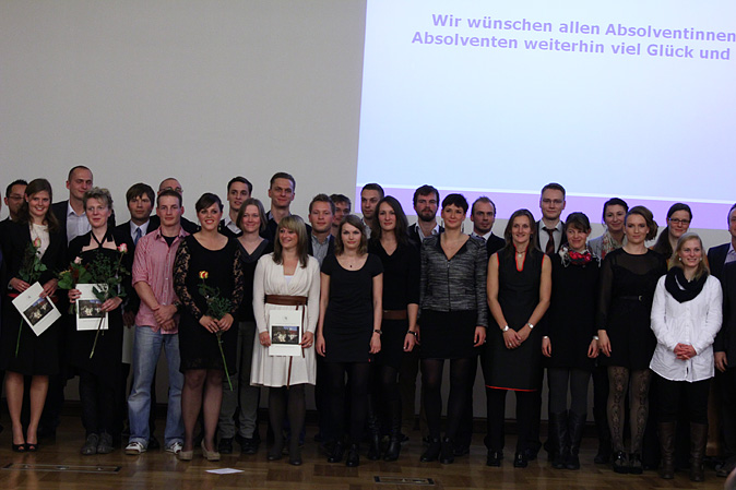 26_Absolventen Sportwissenschaft mit Lehrenden.jpg